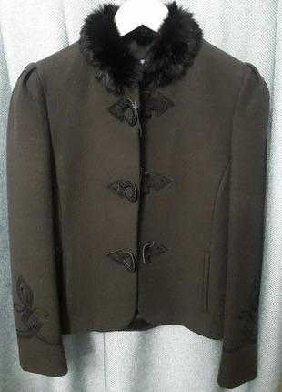 Укороченное пальто с меховым воротником от итальянского бренда...