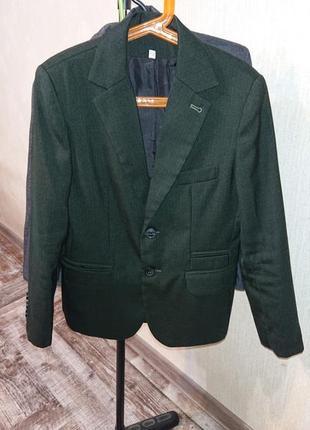 Темно-зеленый приталенный пиджак мальчику в 3класс, р.34