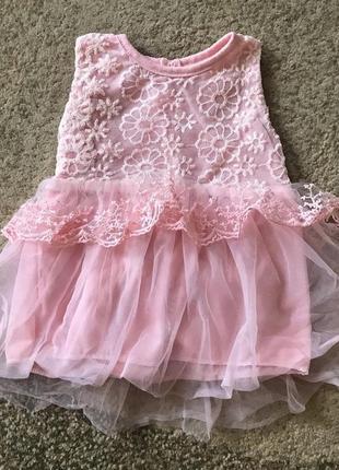 Нежное платье персикового цвета с кружевом