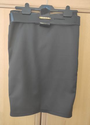 Продам фирменные юбки карандаш, два цвета: черная и красная.