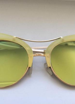 Модные солнечные очки желтого цвета