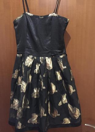 Оригинальное черное платье с золотыми листьями
