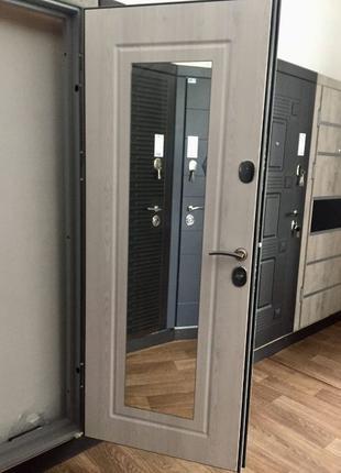 Входная дверь с зеркалом. Двери в квартиру, дом.Киев и область...