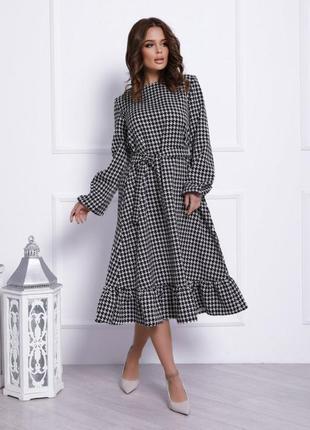 Черно-белое принтованное платье с воланом