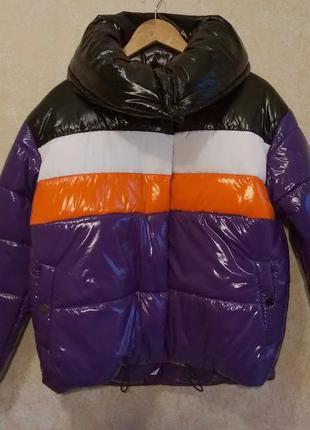 Яркий лаковый виниловый пуховик куртка