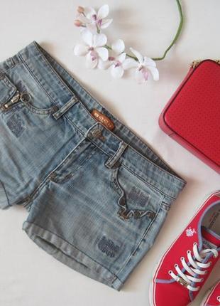 Джинсовые шорты с подкатами и потертостями