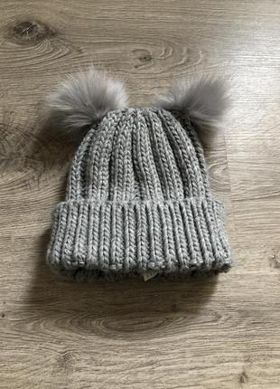 Серая вязаная шапочка