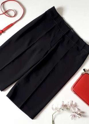 Черные шорты бермуды со стрелками есть карманы