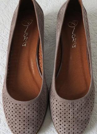 Натуральная кожа женские туфли с перфорацией на низком каблуке...
