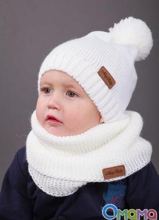 Белая вязаная шапка с помпоном