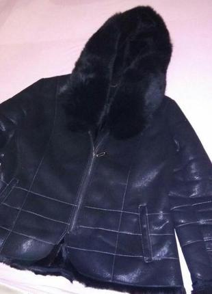 Черное зимнее укороченное пальто с капюшоном.