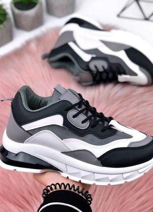 Стильные кроссовки на массивной подошве