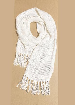 Белый длинный вязаный шарф