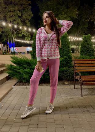 Розовый костюм в гусиную лапку