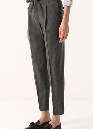 Серые брюки с завышенной талией с поясом