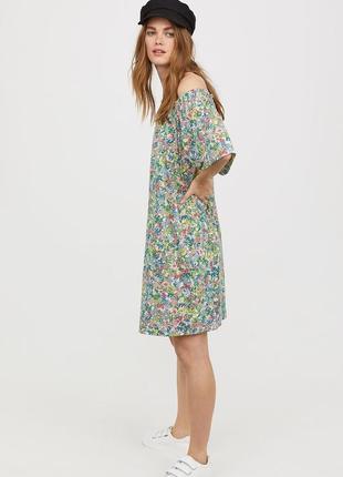 Платье свободного кроя с широкими рукавами и нежным цветочным ...