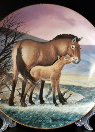 Продам фарфоровую, декоративную тарелку с животными.