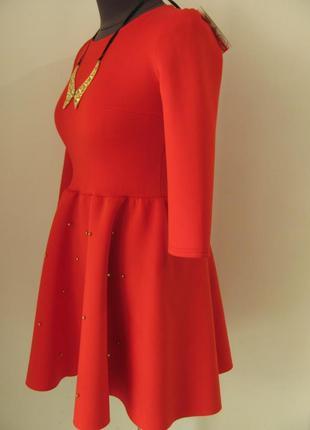 Очень красивое платье с расклешенной юбкой, украшено жемчужина...