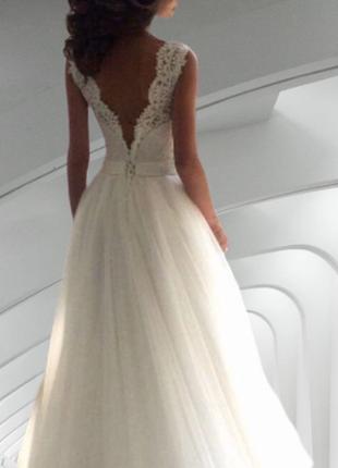 Красивое свадебное платье а-силуэта с открытой спиной на круже...