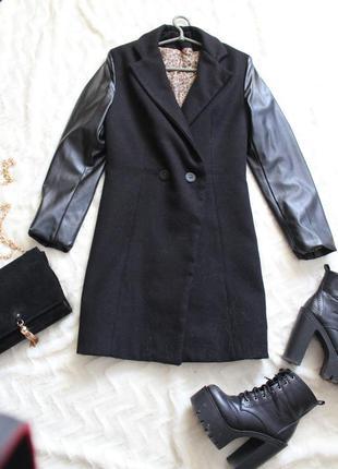 Пальто с рукавами из искусственной кожи