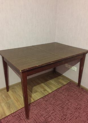 Продаётся большой обеденный стол (120 см*80 см). НЕ раскладываетс