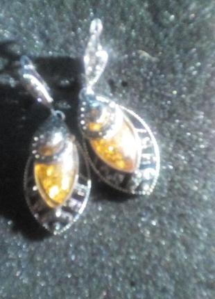 Очень славные серги из янтаря под серебро и цирконы