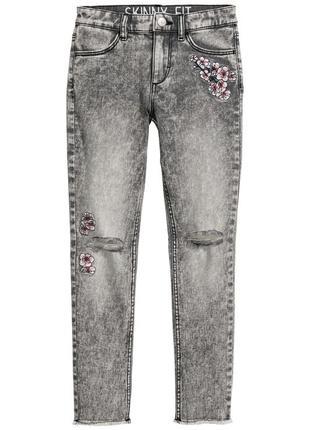 Детские джинсы с вышивкой