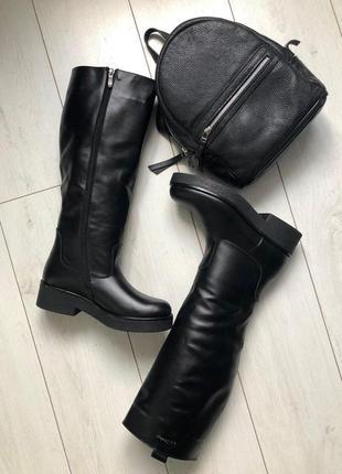 Черные кожаные зимние сапоги-трубы с замком