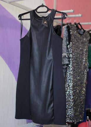 Черное платье с кожаной вставкой от atmosphere