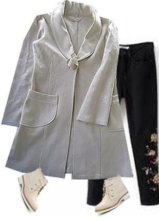 Легкое шерстянное пальто с вышевкой