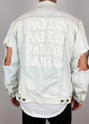 Рваная джинсовая куртка светло синяя с надписью на спине pablo
