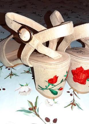 Бесплатная доставка!крутые бежевые босоножки с вышитым каблуко...
