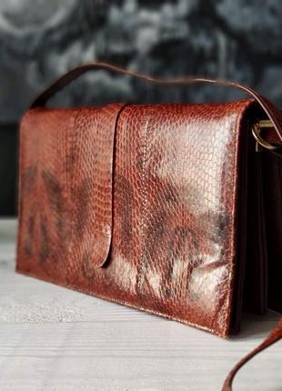 Небольшая сумка-клатч из натуральной змеиной кожи.