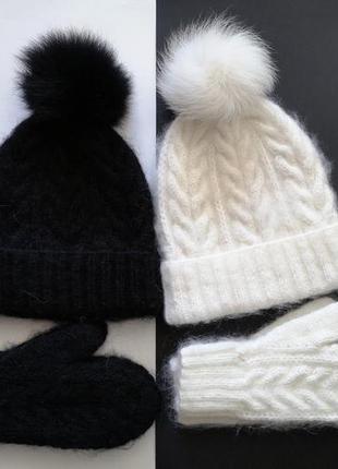 Вязаный набор белая шапка с бубоном и белые варежки теплые пуш...