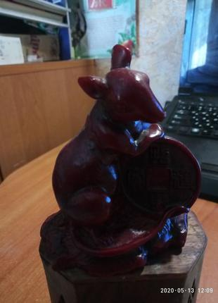 Статуэтка крыса с монеткой
