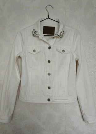 Джинсовая куртка, пиджак белая молочная с камнями бренда river...