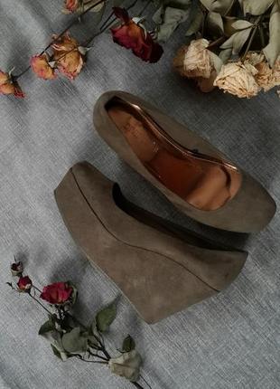 Туфли лодочки на танкетке оливкового цвета