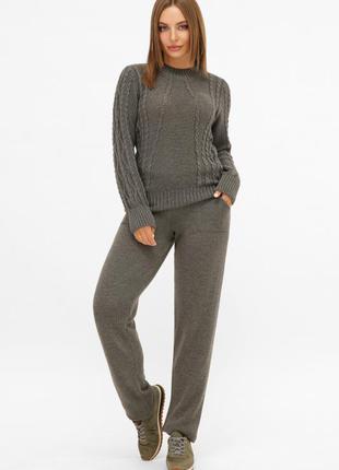 Женский вязаный костюм (брюки и свитер)