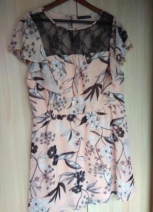 Красивое с кружевом и цветами платье