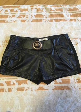 Черные короткие шорты из искусственной кожи