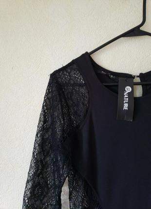 Черное стречевое платье с кружевом