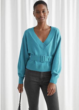 Свободный свитер с v-образным вырезом и поясом
