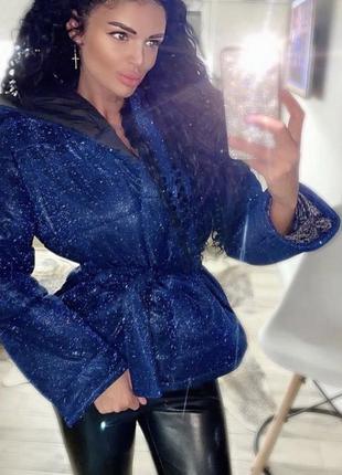 Синяя блестящая куртка с капюшоном