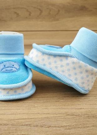 Велюровые пинетки, чепчики для новорожденных