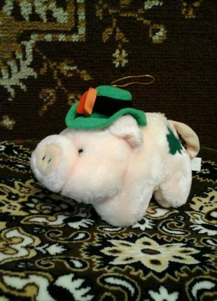 Мягкая игрушка свинка с петелькой в шляпке  с Европы