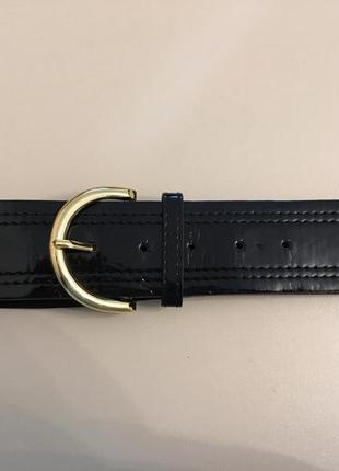 Черный лаковый ремень с золотой пряжкой