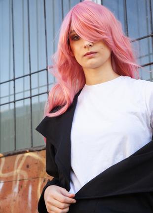 Длинный парик в розовом цвете с легкой завивкой