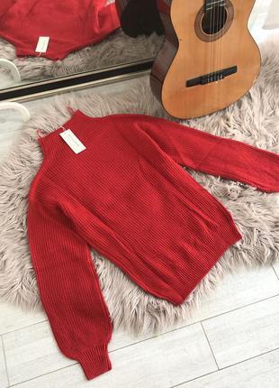 Красный свитер в рубчик с объемными рукавами