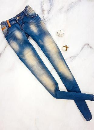 Сині джинси з потертостями
