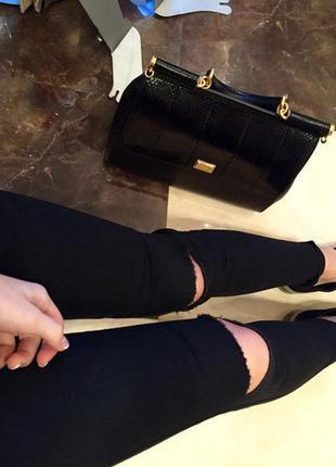 Черные джинсы с дырками на коленях , узкие , высокая посадка р...